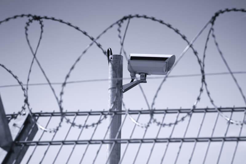 Stockfoto Kamera und Stacheldrahtzaun zu Freigeländeüberwachung